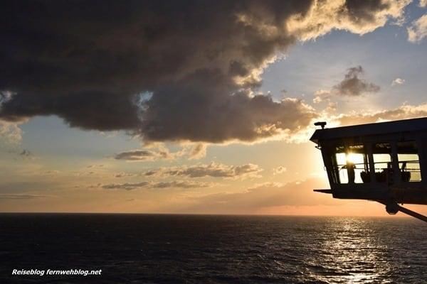 09_Wallpaper-SonnenuntergangKreuzfahrtschiff-MSC-Preziosa-Strasse-von-Bonifacio-querformat