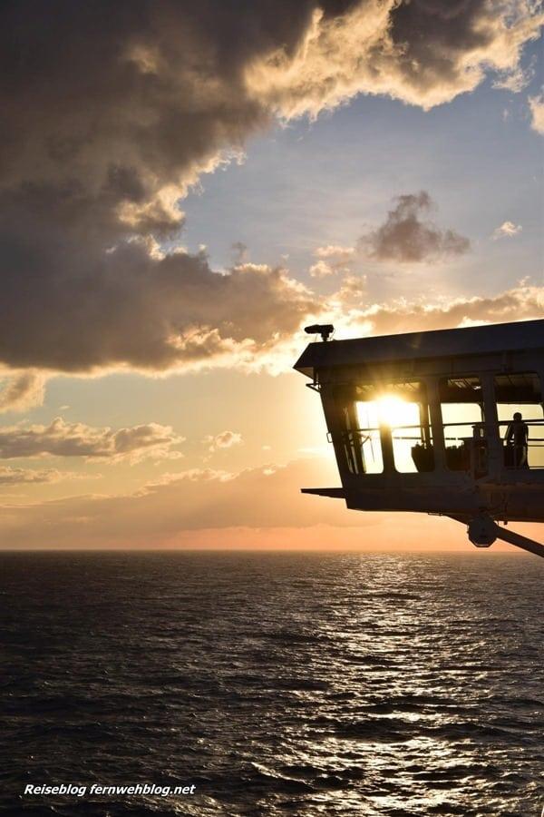10_Wallpaper-SonnenuntergangKreuzfahrtschiff-MSC-Preziosa-Strasse-von-Bonifacio-hochformat-Handy-Smartphone