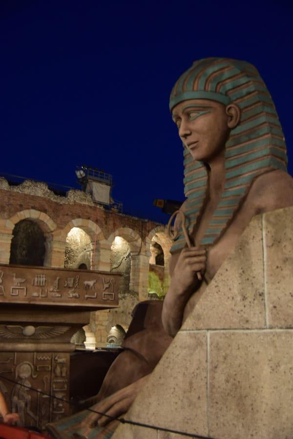 21_Kulissen-fuer-die-Oper-Aida-an-der-Piazza-Bra-Arena-di-Verona-Italien