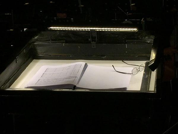 22_Pult-des-Dirigenten-Maestro-der-Oper-Carmen-in-Arena-di-Verona