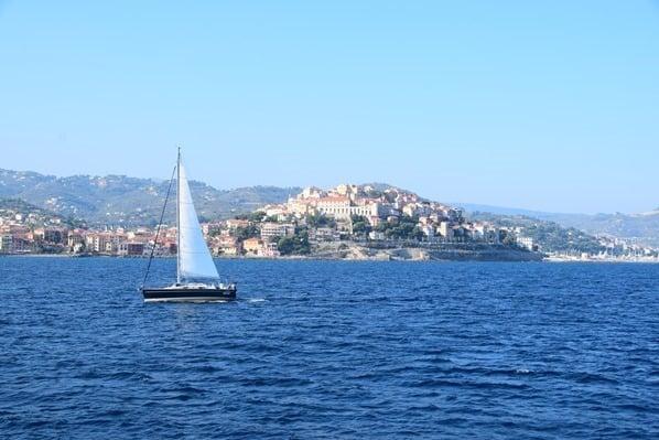 23_Segelboot-vor-Imperia-Blumenriviera-Ligurien-Italien