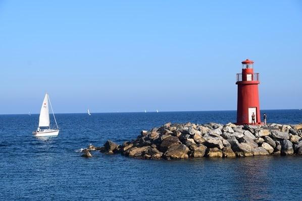 24_Segelboot-Leuchtturm-Hafen-Imperia-Blumenriviera-Ligurien-Italien