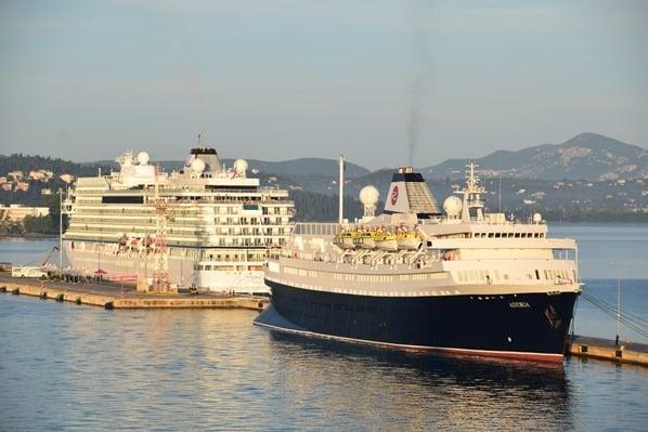 01_Kreuzfahrt-oestliches-Mittelmeer-Hafen-Korfu-Griechenland-Kreuzfahrtschiffe-Astoria-Viking-Sea