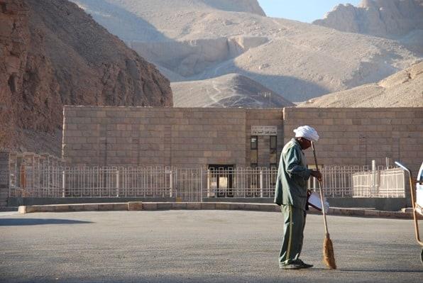 01_einsamer-Strassenfeger-Tal-der-Koenige-Luxor-Aegypten