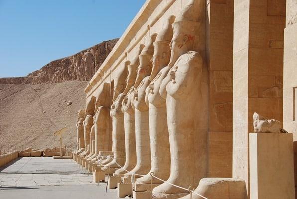 03_Saeulen-am-Tempel-der-Hatschepsut-Luxor-Aegypten-Nilkreuzfahrt
