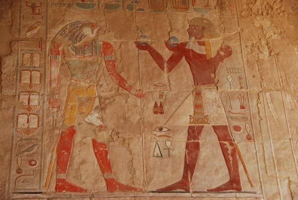04_farbiges-Relief-im-Tempel-der-Hatschepsut-Luxor-Aegypten-Nilkreuzfahrt