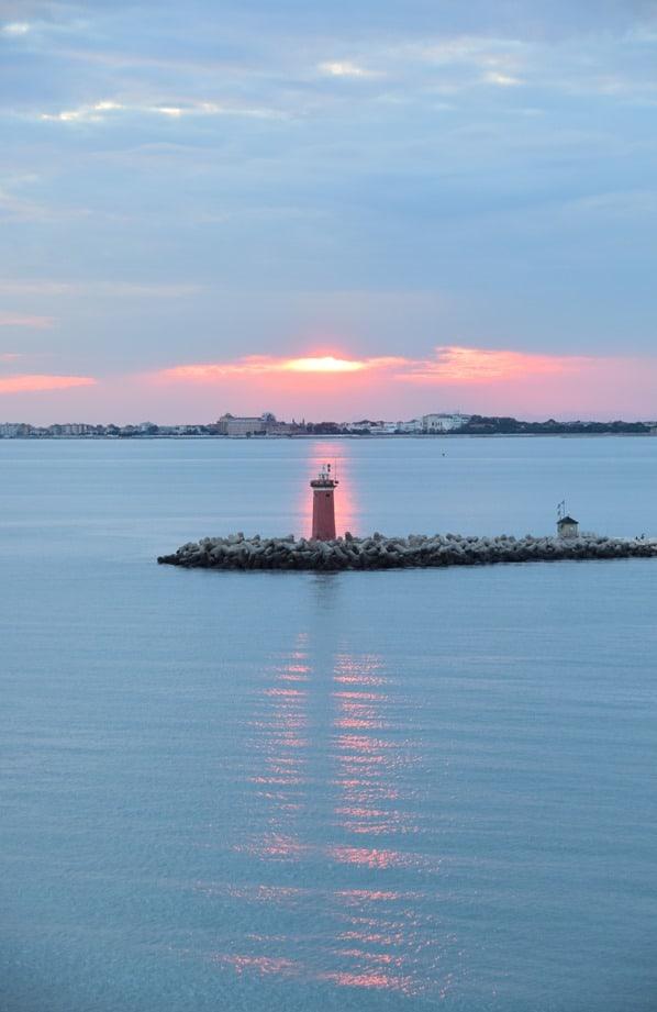 Kreuzfahrt Auslaufen Sonnenuntergang Leuchtturm Venedig Italien
