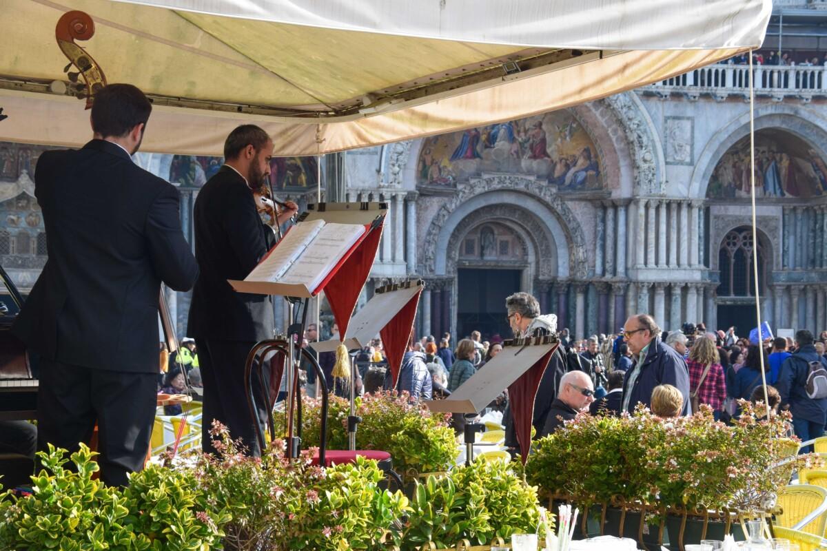 07_Markusplatz-Cappuccino-mit-Orchester-Venedig-Italien