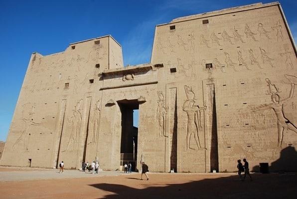 08_Pylon-Horus-Tempel-Edfu-Aegypten-Nil-Nilkreuzfahrt_Horus-Tempel-Edfu-Aegypten-Nil-Nilkreuzfahrt