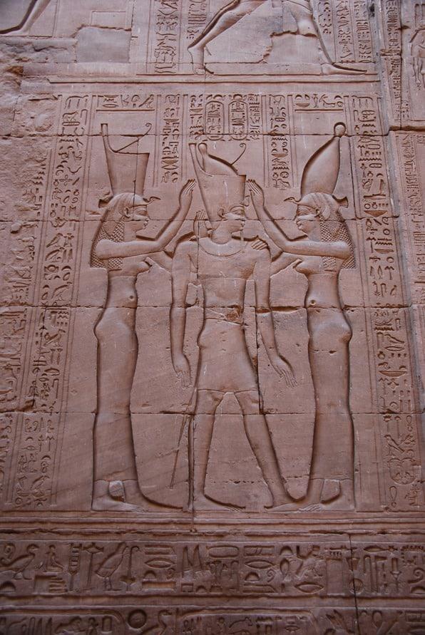 09_Kroenung-des-Pharao-als-Relief-im-Horus-Tempel-Edfu-Aegypten-Nil-Nilkreuzfahrt