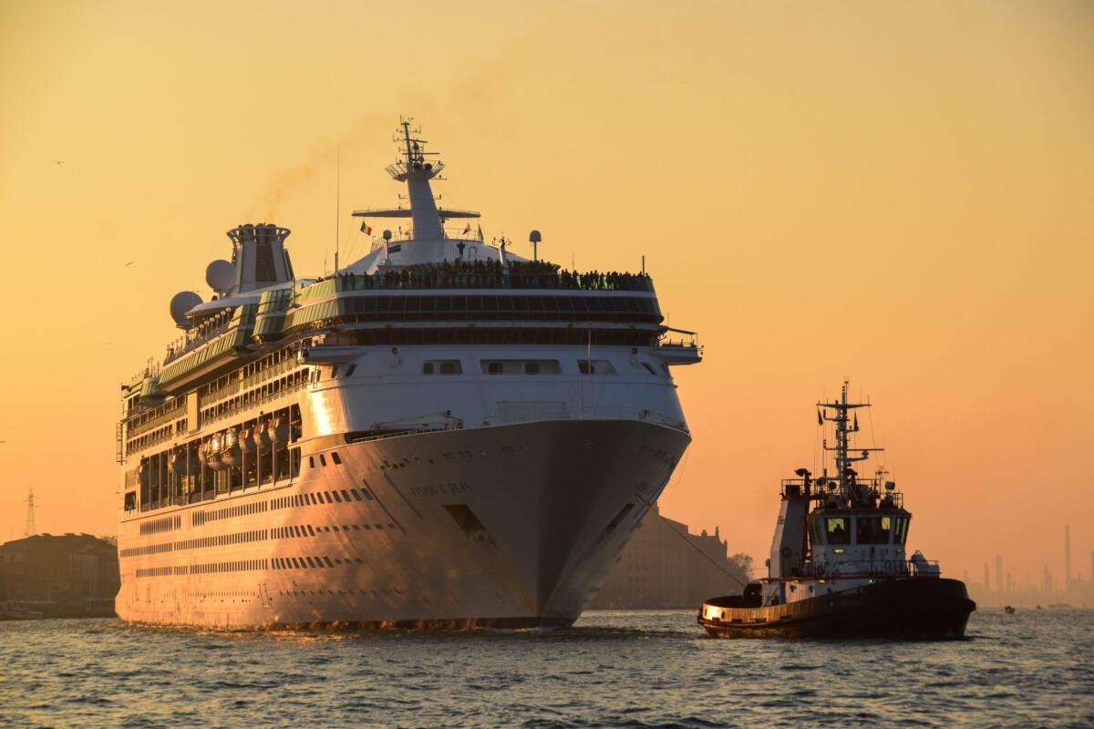 14_Kreuzfahrtschiff-Vision-of-the-Seas-Sonnenuntergang-Venedig-Italien