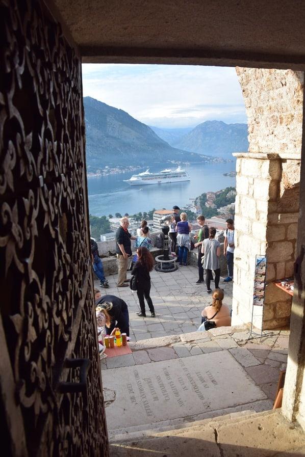 Kreuzfahrt oestliches Mittelmeer Blick aus Kirche Gospa od Zdravlja Kotor Montenegro auf Kreu