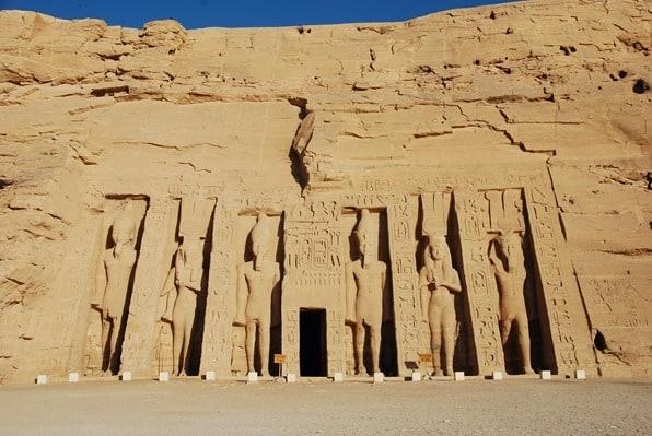 20_Allein-in-Abu-Simbel-Hathor-Tempel-Aegypten-Nilkreuzfahrt