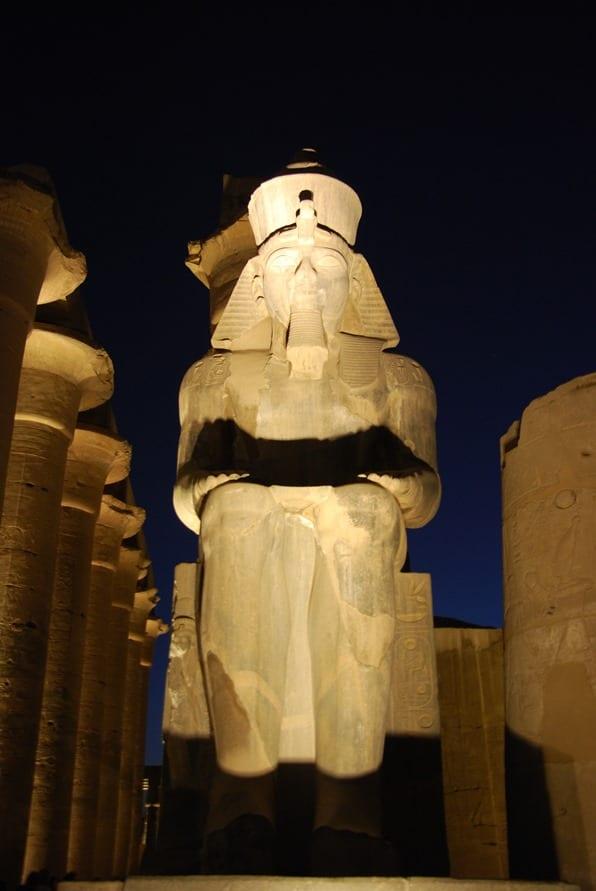 26_Ramses-Statue-im-Luxor-Tempel-Abends-Nil-Nilkreuzfahrt-Aegypten