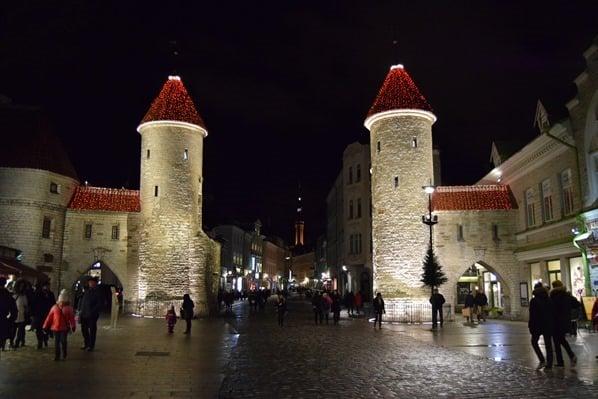 20_Viru-Tor-Stadtmauer-Tallinn-Estland-Ostsee-bei-Nacht