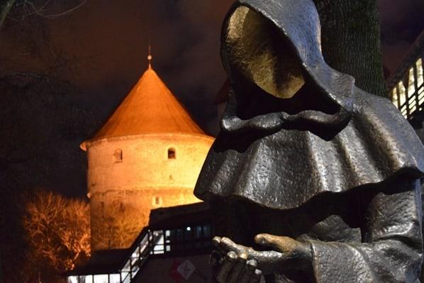 23_mytische-Moench-Statue-mittelalterlicher-Turm-Kiek-in-de-Koek-Stadtmauer-Tallinn-Estland-Baltikum