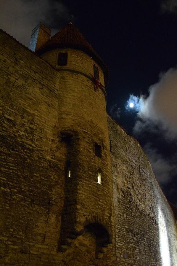 24_Festung-Stadtmauer-Tallinn-Estland-Baltikum-bei-Nacht