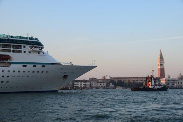 28_Kreuzfahrtschiff-Vision-of-the-Seas-Auslaufen-mit-Schlepper-Markusplatz-Venedig-Italien-Sonnenuntergang