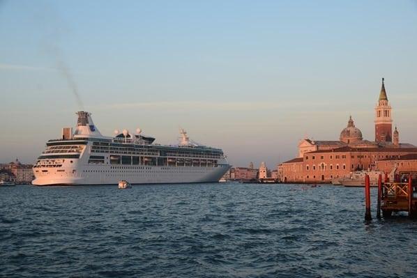 30_Kreuzfahrtschiff-Vision-of-the-Seas-Auslaufen-Venedig-Italien-Sonnenuntergang