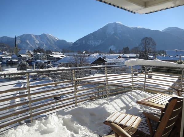 04_Elegant-Nature-Deluxe-Alpenblick-Hotelzimmer-Balkon-Winter-Seehotel-Überfahrt-Rottach-Egern-Tegernsee-Bayern-Deutschland