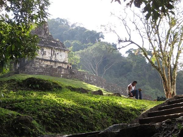 17_Pause-am-Sonnentempel-Maya-Ruine-Palenque-Mexiko