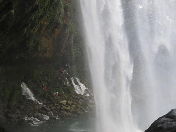25_unter-dem-Wasserfall-Misol-Ha-Mexiko-Roadtrip