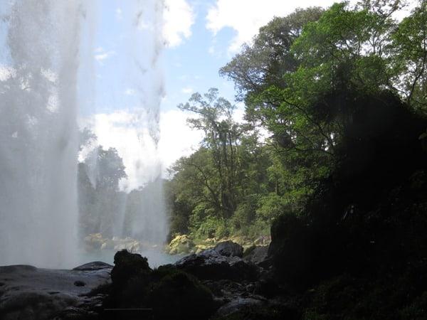26_unter-dem-Wasserfall-Misol-Ha-Mexiko-Roadtrip