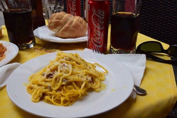 10_Mittagessen-Spaghetti-Carbonara-Coca-Cola-La-Maddalena-Sardinien-Italien