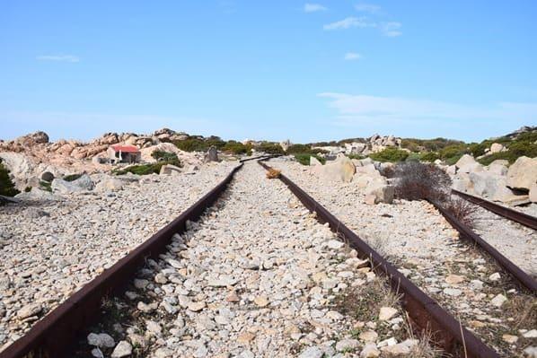 13_Schienen-La-Maddalena-Sardinien-Italien-Mittelmeer