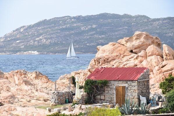 15 Haus am Meer mit Segelboot La Maddalena Sardinien Italien Mittelmeer