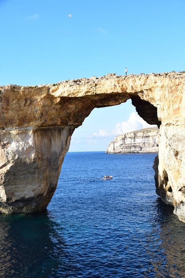 04_Bloggerin-Valeria-mit-Drohne-auf-Azure-Window-Gozo-Malta