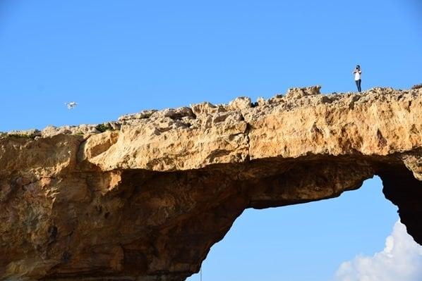 05_Bloggerin-Valeria-mit-Drohne-auf-Azure-Window-Gozo-Malta