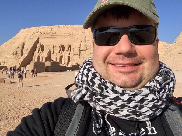 26_Reiseblogger-Daniel-Dorfer-in-Abu-Simbel-Grosser-Tempel-Aegypten-Nilkreuzfahrt