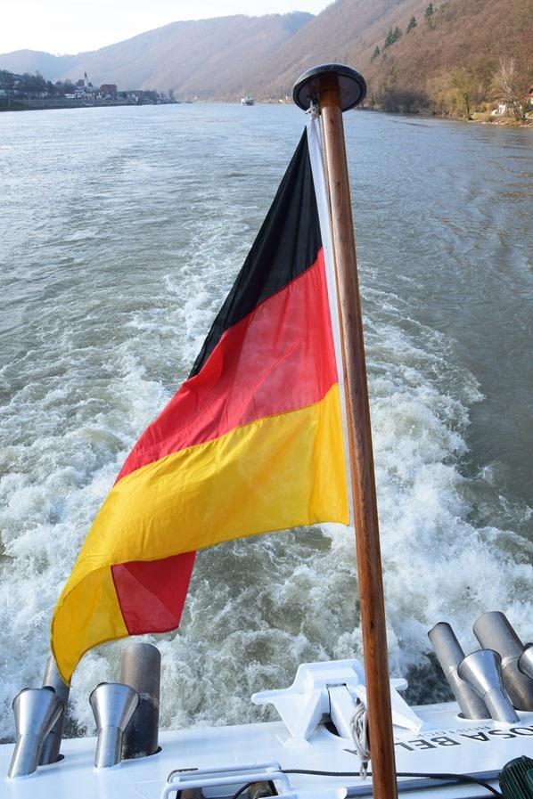 01_a-rosa-Flusskreuzfahrt-Donau-Oesterreich-Kielwasser-Flagge
