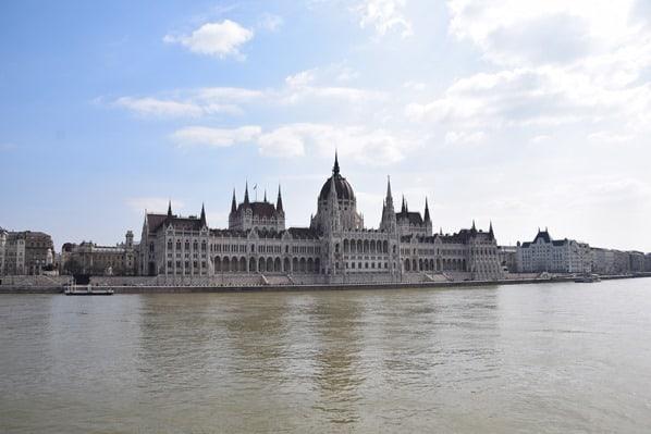 04_Flusskreuzfahrt-a-rosa-Donau-Parlamentsgebaeude-Budapest-Ungarn