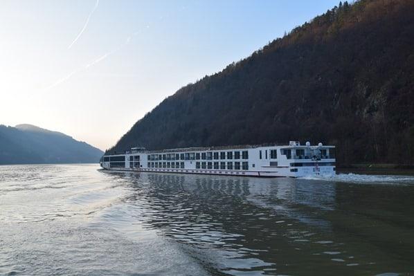 06_a-rosa-Flusskreuzfahrt-Donau-Flusskreuzfahrtschiff-Abends