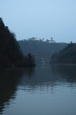 07_a-rosa-Flusskreuzfahrt-Donau-Burg-Oesterreich-Abends