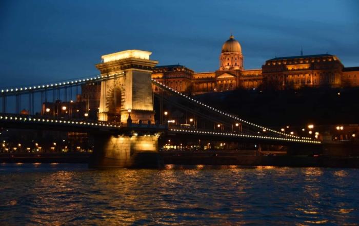 a-rosa donaukreuzfahrt Burgpalast Freiheitsbrücke Budapest bei Nacht Ungarn