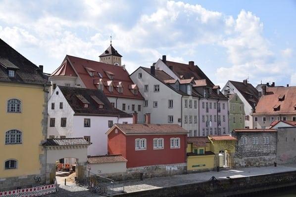 21_Donauufer-Steinerne-Brücke-Citytrip-Regensburg-Sightseeing