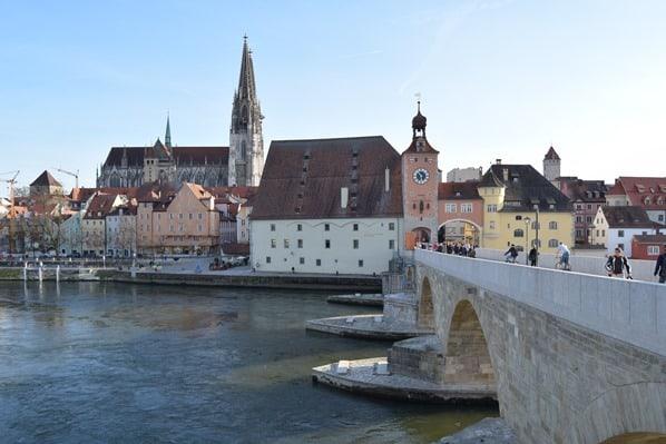 22_Donauufer-Steinerne-Brücke-Regensburger-Dom-Citytrip-Regensburg-Sightseeing