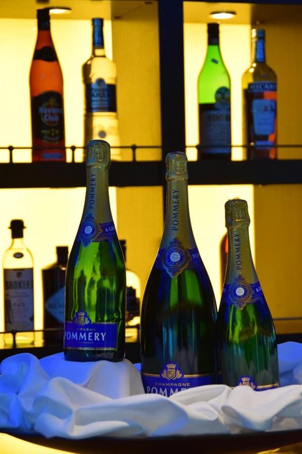 24_a-rosa-Flusskreuzfahrt-Donau-Bar-Champagner-Pommery