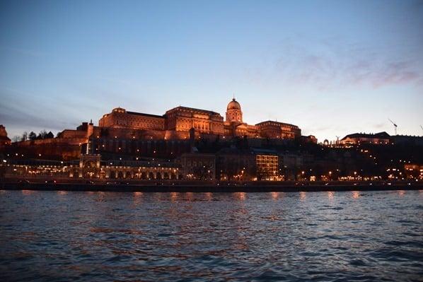 26_Flusskreuzfahrt-a-rosa-Donau-Burgpalast-Sonnenuntergang-Budapest-Ungarn