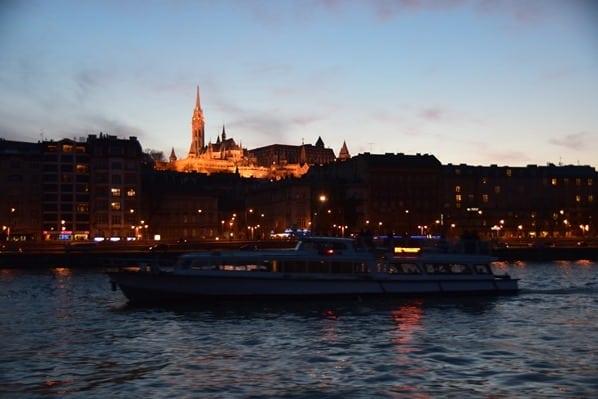 27_Flusskreuzfahrt-a-rosa-Donau-Matthiaskirche-Fischerbastei-Budapest-Ungarn-nachts