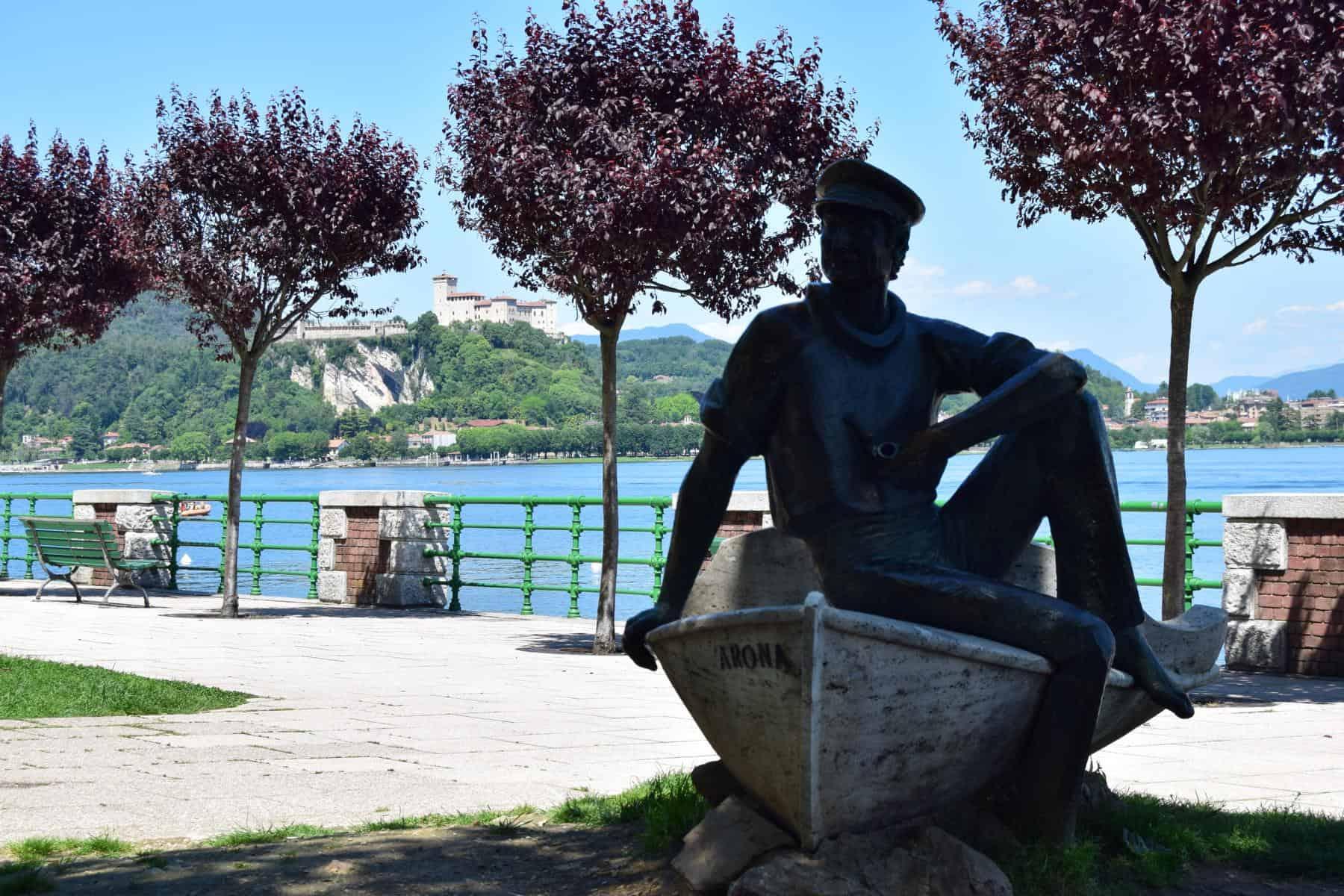 001 Uferpromenade Statue Arona Lago Maggiore Italien