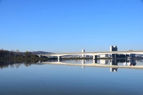 02_a-rosa-Flusskreuzfahrt-Donau-Spiegelung-Bruecke-Oesterreich