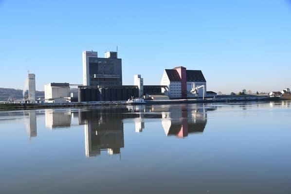 05_a-rosa-Flusskreuzfahrt-Donau-Spiegelung-Fabrik-Oesterreich