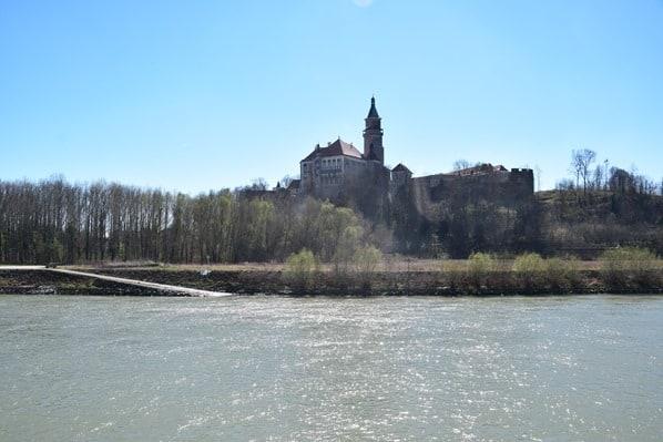 09_a-rosa-Flusskreuzfahrt-Donau-Spiegelung-Burg-Oesterreich