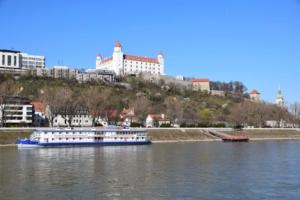 0_a-rosa-Flusskreuzfahrt-Hrad-Donau-Bratislava-Slowakei-schoene-Zeit