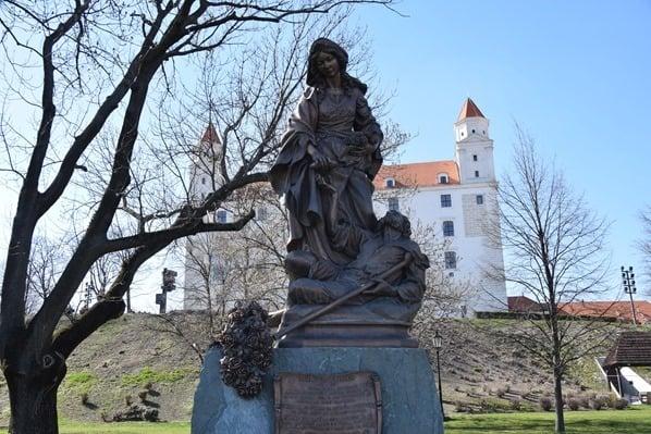 16_Statue-Elisabeth-von-Thueringen-Ungarn-Burg-Hrad-Bratislava-Slowakei