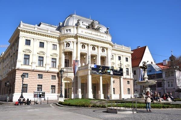 19_Historisches-Gebaeude-des-Slowakischen-Nationaltheaters-Bratislava-Slowakei